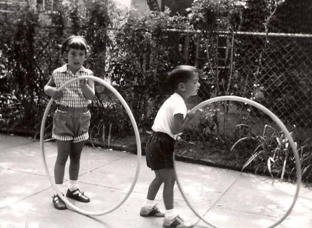 Từ trước những năm 1800, vòng vẫn chỉ được biết tới như đồ chơi dành cho trẻ em.