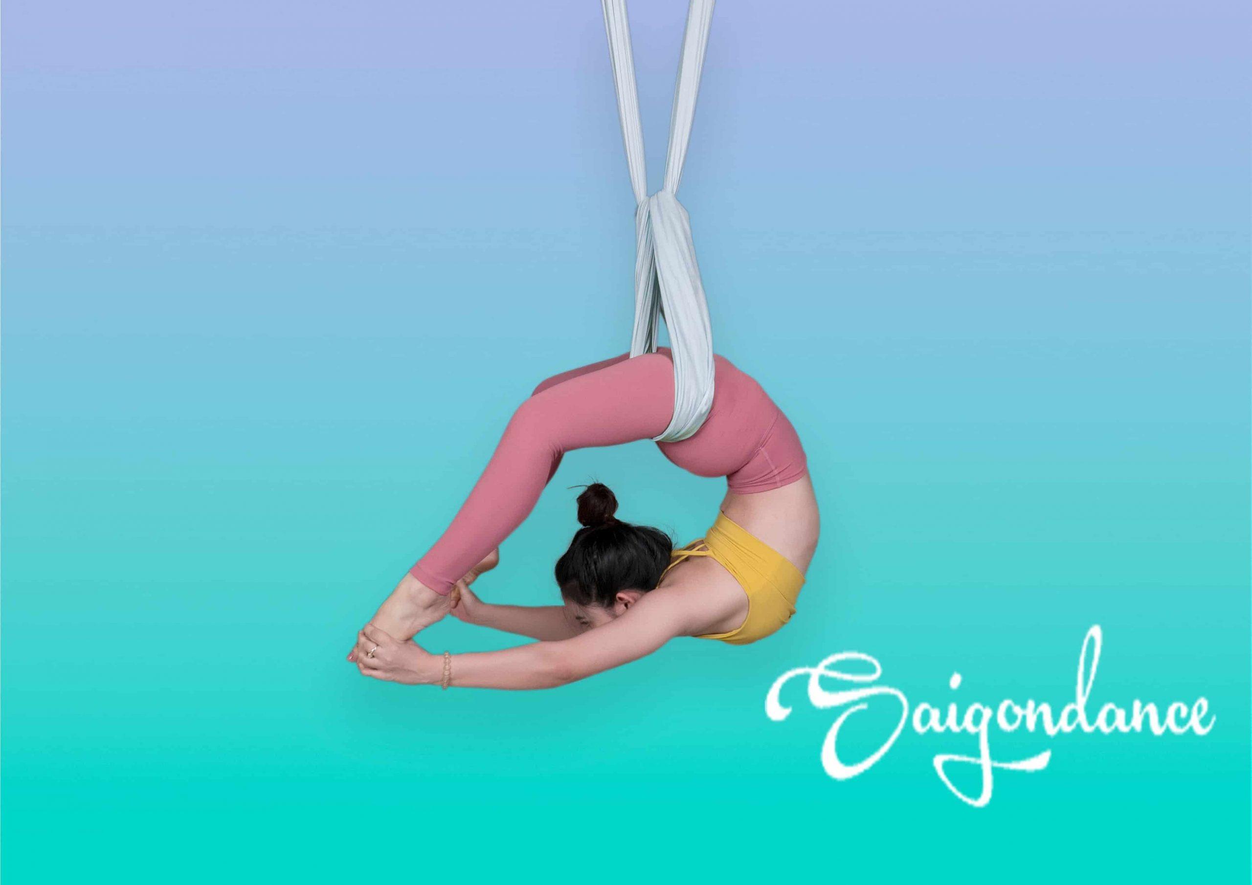 Động tác vặn người trong Yoga bay