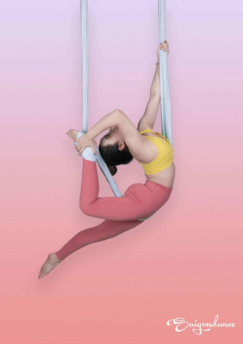 Yoga bay có bài tập ép dẻo, siết người trên không giúp nâng cao thể lực